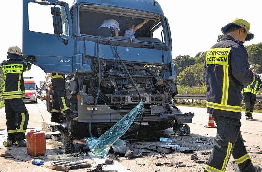 Gestern fuhr der Fahrer eines Sattelzuges an einer Tagesbaustelle auf der A 6 auf einen anderen Lkw ...
