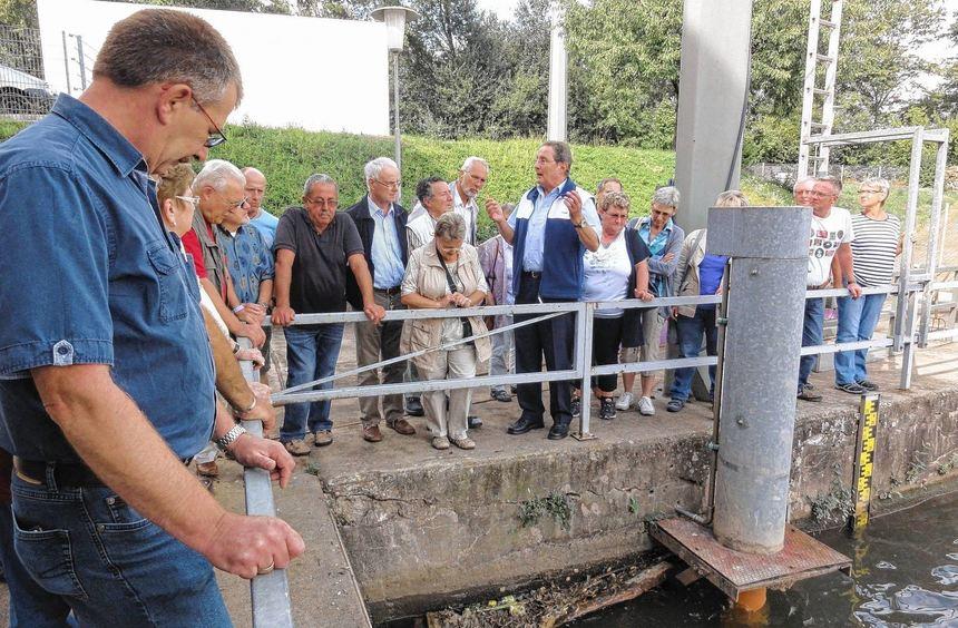 Heinz Philipp (hinten Mitte, gestikulierend) zeigt den Besuchern, wie viel Schmutz angeschwemmt ...