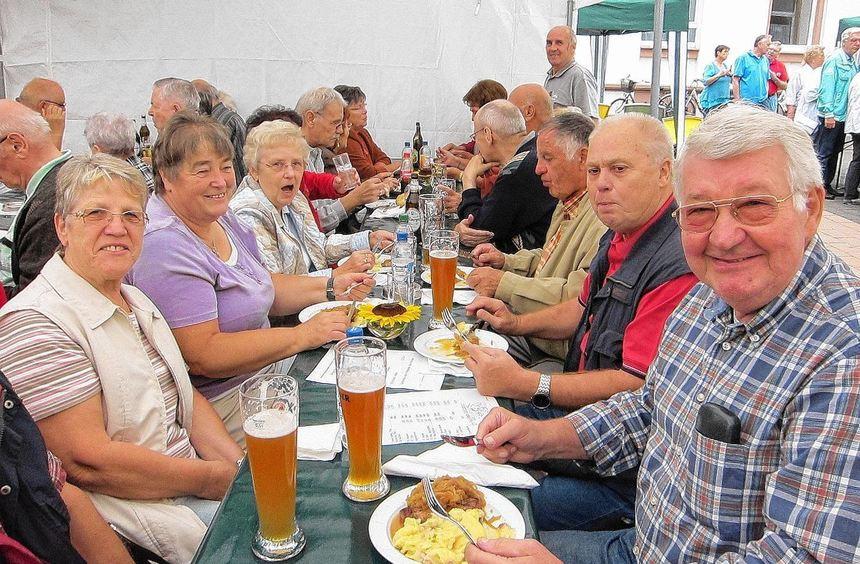 Im Hof der Seniorenbegegnungsstätte wird wieder gefeiert. Die Besucher lassen es sich schmecken.