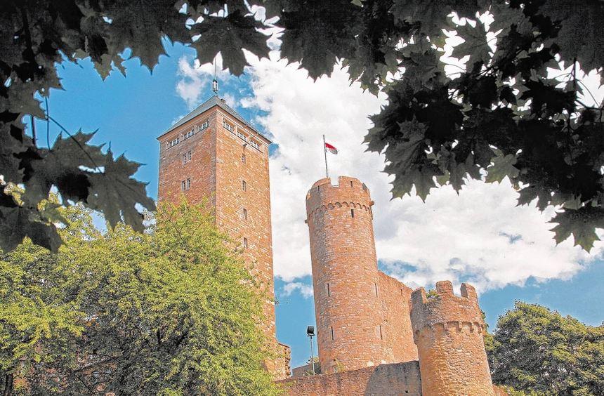 Büsche und Bäume versperren immer mehr den Blick auf die Starkenburg. Der Verkehrs- und ...