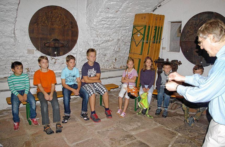 Museumsmitarbeiter Thomas Friedel erklärte den Kreuzwertheimer Kindern, wie und mit welchen Mitteln ...