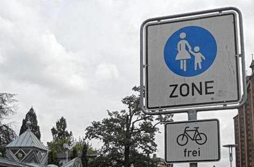 In der Fußgängerzone gelten für Autofahrer besondere Regeln.