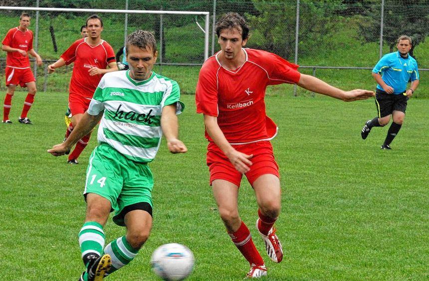 Gegen den VfR Gommersdorf II gingen Spielertrainer Marco Zeberek (am Ball) und sein Team SV ...