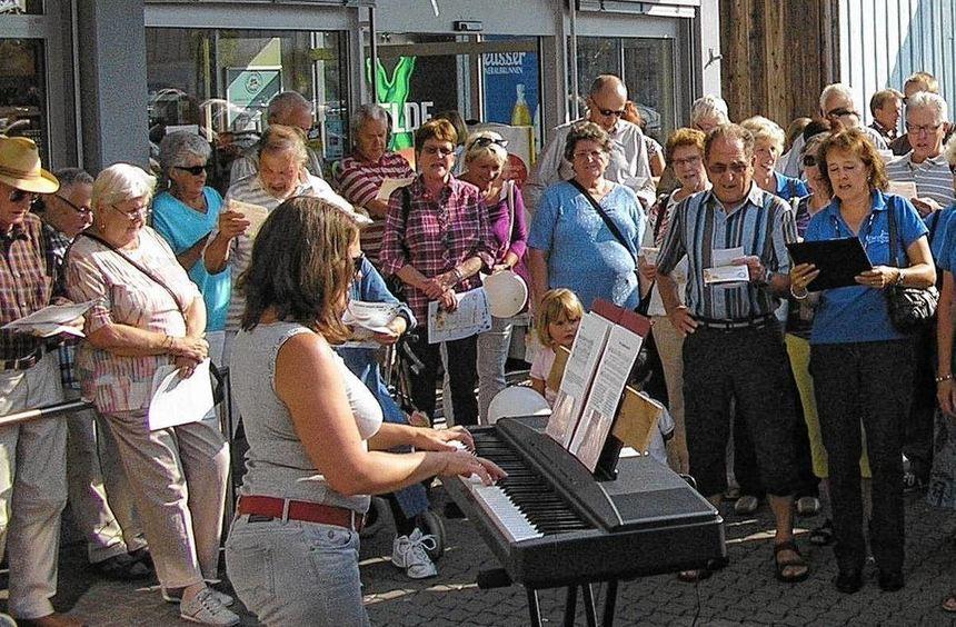 Das ist doch mal ein Bild: Elena Spitzner (am Keyboard) gibt die Melodie vor und 168 Frauen und ...