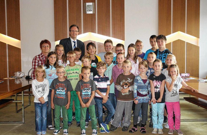 Bürgermeister Dr. Ralf Göck erklärte den Kindern beim Ferienprogramm genau, wie Kommunalpolitik ...