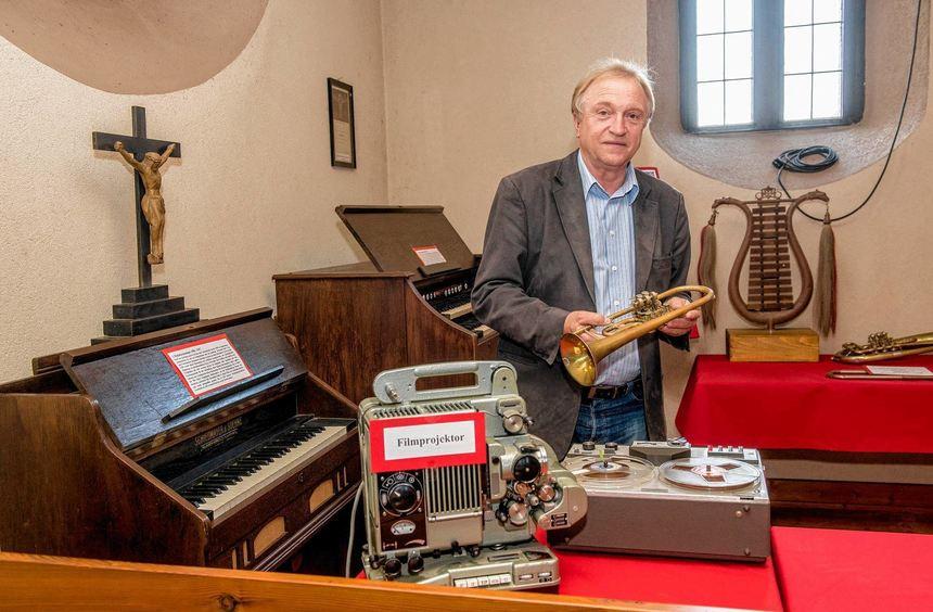Pfarrer Erwin Köber hat die Ausstellung zum Kirchenjubiläum zusammengestellt.