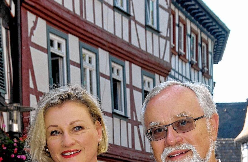 Freunde der Kunst mit vielen Anhängern in der Stadt: Vorsitzende Anne Dingler und Schriftführer Dr. ...