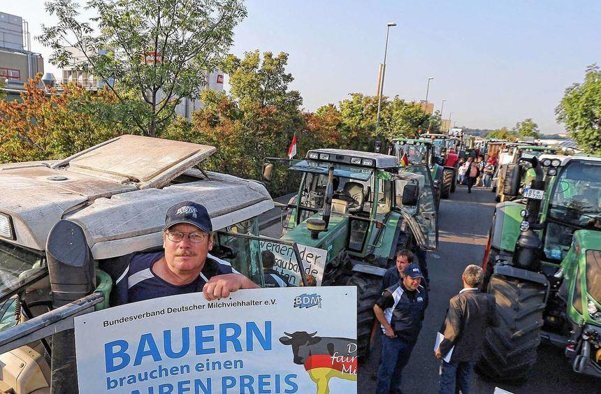 Protest: Milchbauer Fritz Haspel hält während eines Demonstrationszuges ein Plakat mit der ...