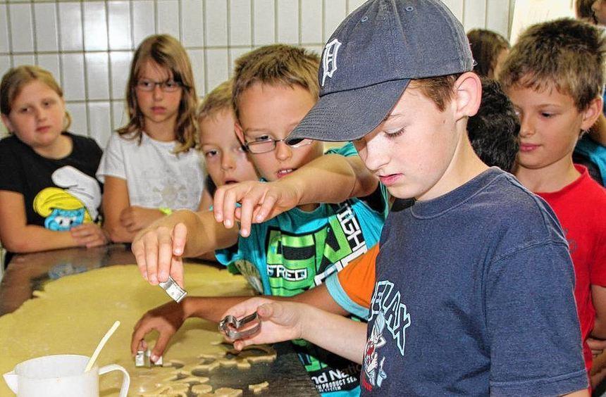 30 Kinder aus Limbach verbrachten einen Ferientag in der Bäckerei und lernten dabei allerhand über ...