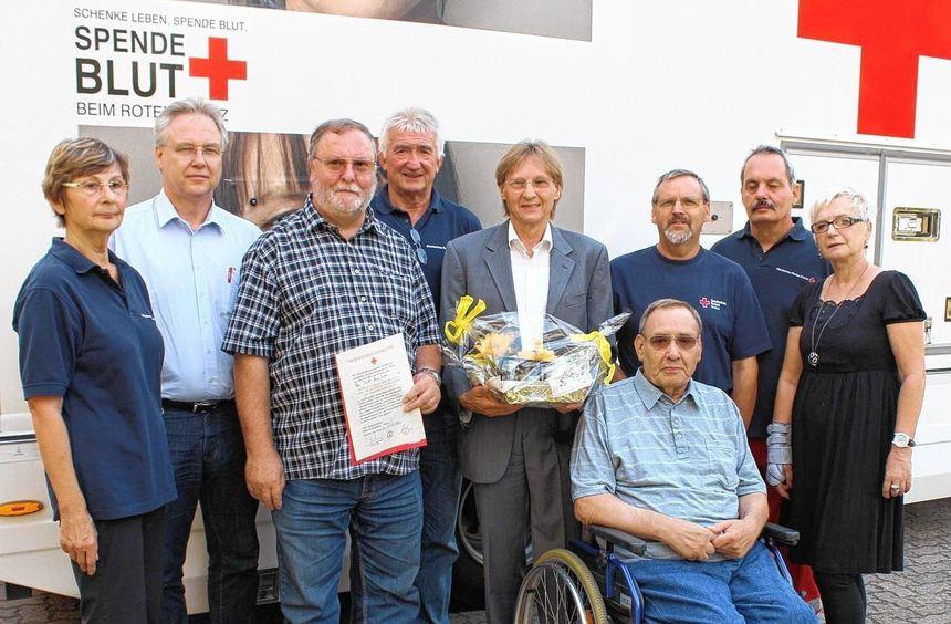 Lebensretter: Heinz-Jürgen Bender (3.v.l.) wird für die 125. Blutspende in Bürstadt ausgezeichnet. ...