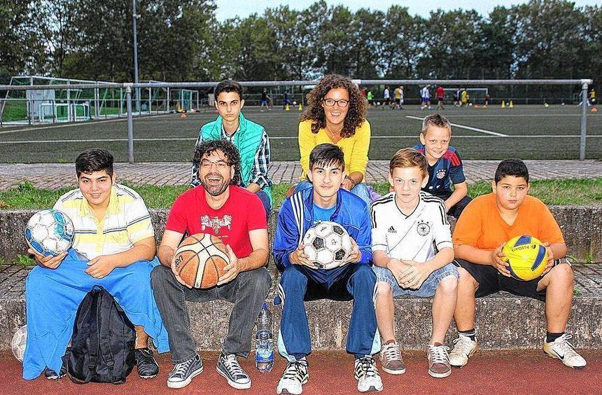 """Beim Ferienspaß im """"Römerstadion"""" waren die städtischen Sozialpädagogen Angelika Schlechter und ..."""