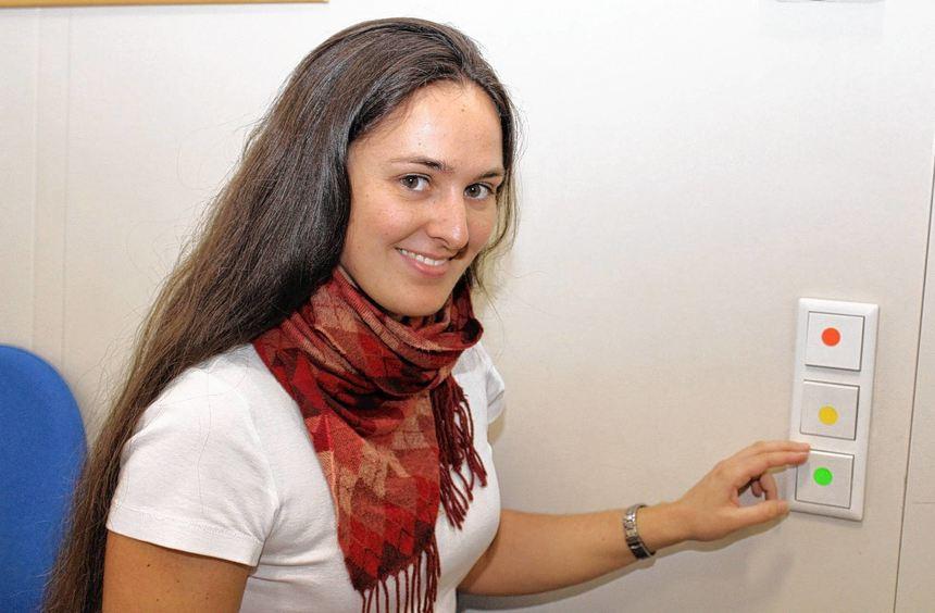 Eine glänzende Idee: Die Umwelt-AG hat mit Lehrerin Carola Keim die Lichtschalter gekennzeichnet, ...