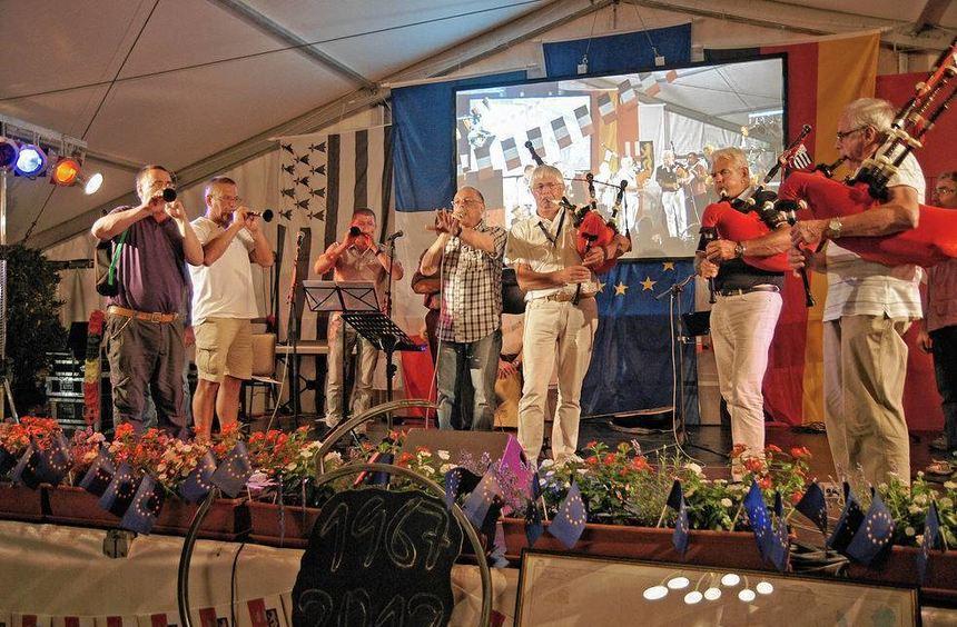 Sogar ein Feuerwerk gab es zum Abschluss der Partnerschafts-Festwoche in Edingen-Neckarhausen mit ...