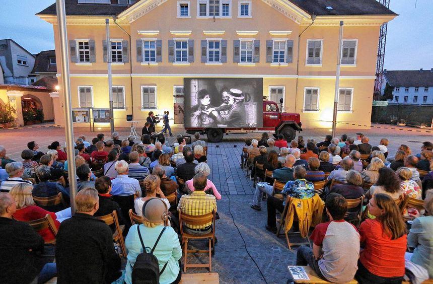 """""""Volles Haus"""": In der Dämmerung genossen die Besucher das Kinoprogramm unter freiem Himmel."""