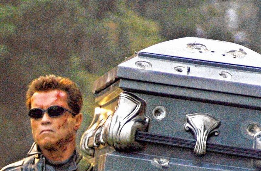 Hier trotzt das Mischwesen Terminator (Arnold Schwarzenegger) dem Tod.