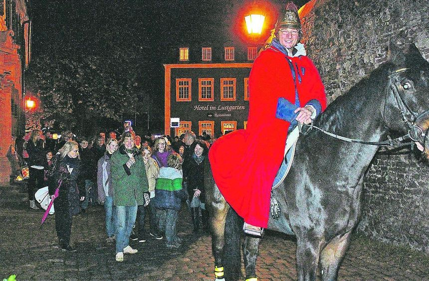 """Gunter Stamm vom Reitverein auf """"Aquino"""" verkörperte St. Martin beim Umzug in Ladenburg."""