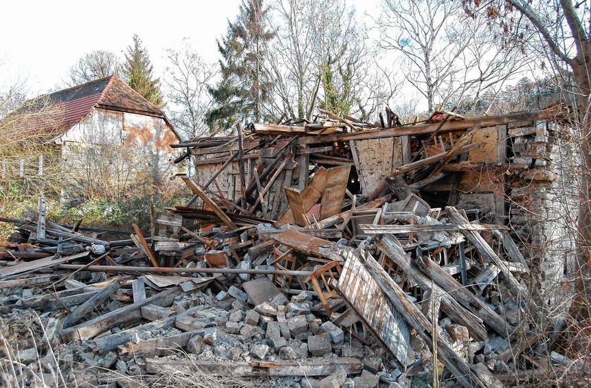 Der Dachstuhl der Scheune der Kunstmühle knickte an Weihnachten ein. Die Überreste wurden ...