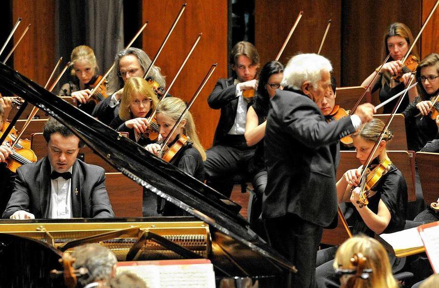 Impulsive Spielfreude: Evgeny Kissin am Steinway-Flügel, Vladimir Ashkenazy dirigiert.