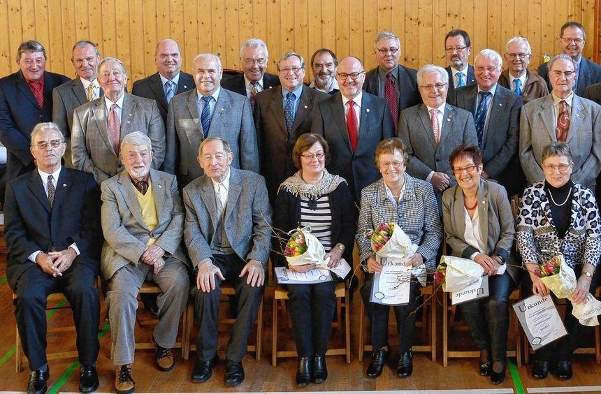 Vorsitzender Jürgen Kolb (stehend, links außen) zusammen mit den geehrten Mitgliedern. Kurt ...