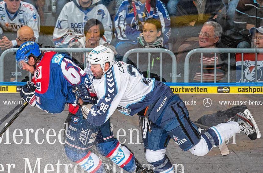 Hamburgs Top-Verteidiger Mathieu Roy bremst Adler-Stürmer Mirko Höfflin. Der Spitzenreiter war ...