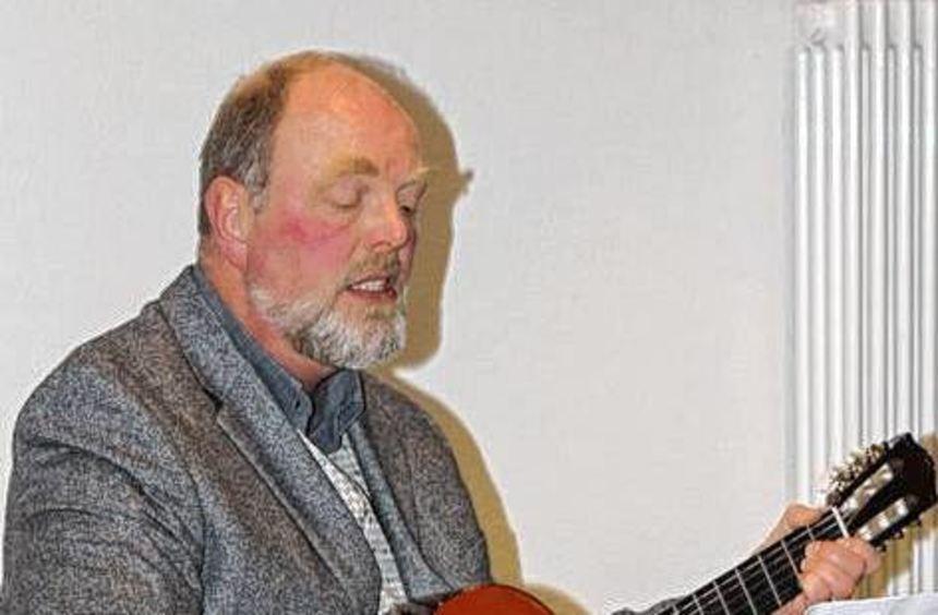 Etwa 70 Gäste waren zur Mitarbeiterfeier gekommen. Pfarrer Holger Mett begleitete die Lieder mit ...