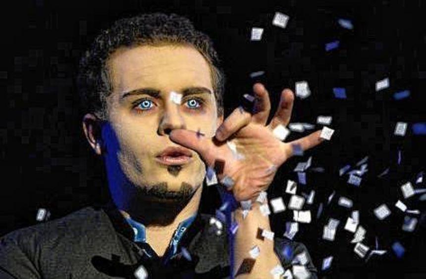 Der Zauberer Luke Dimon beim seinem Auftritt in Sindelfingen.