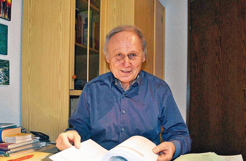 Auch im (Un-)Ruhestand geht ihm die Arbeit beileibe nicht aus: Manfred Schaffert wälzt den ...