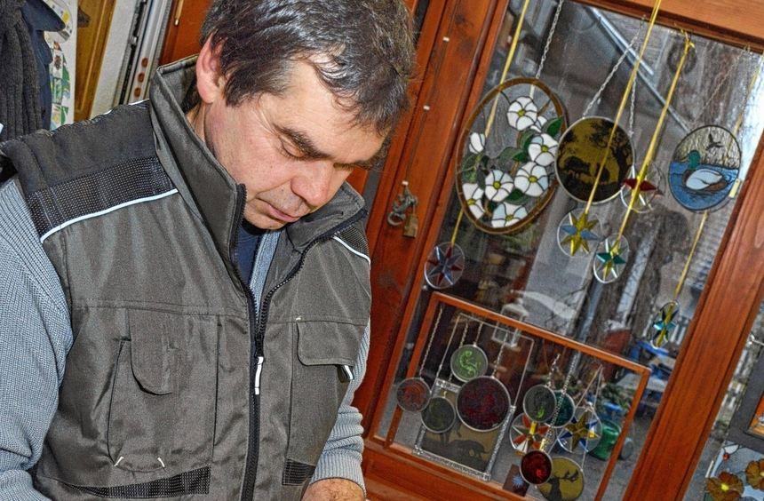 Der Kunst- und Bleiglaser Peter Hermans hat seine Werkstatt in Winterkasten. Hier entstehen ...