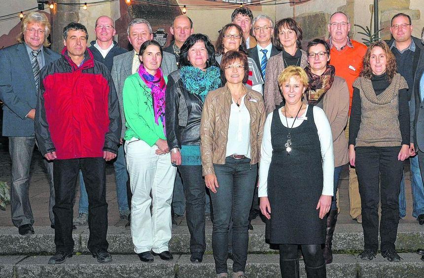 Ehrungen beim Landratsamt: Im Vordergrund die beiden Mitarbeiterinnen Sabine Haag und Anja Lesch ...