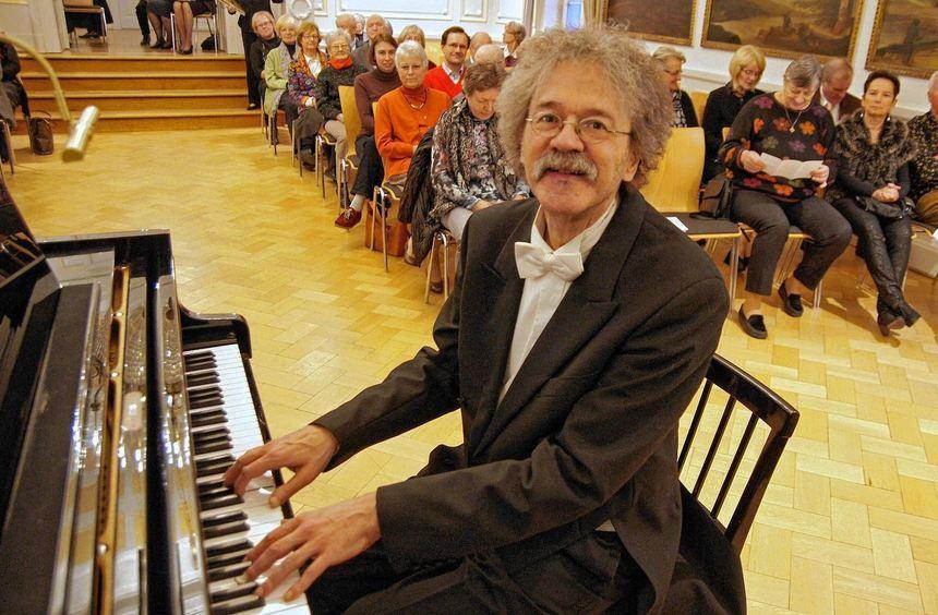Der mit dem Klavier zaubert: Pianist Christian Elsas eröffnete im Großen Saal des Schlosses in ...