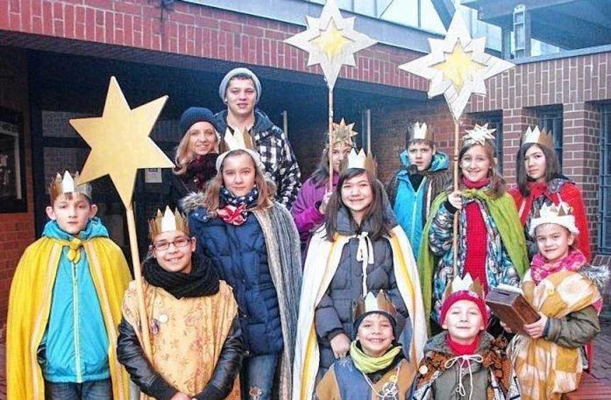 Als Heilige Drei Könige sind 14 Kinder durch die Straßen Hüttenfelds gezogen und haben die Häuser ...