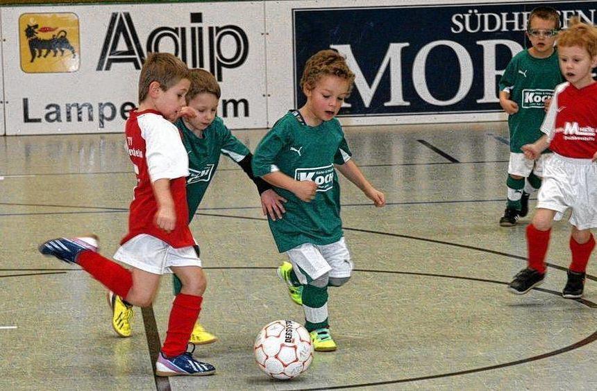 Obwohl der Spaß beim Spielfest im Mittelpunkt stand, gaben die kleinen Fußballer (hier im roten ...