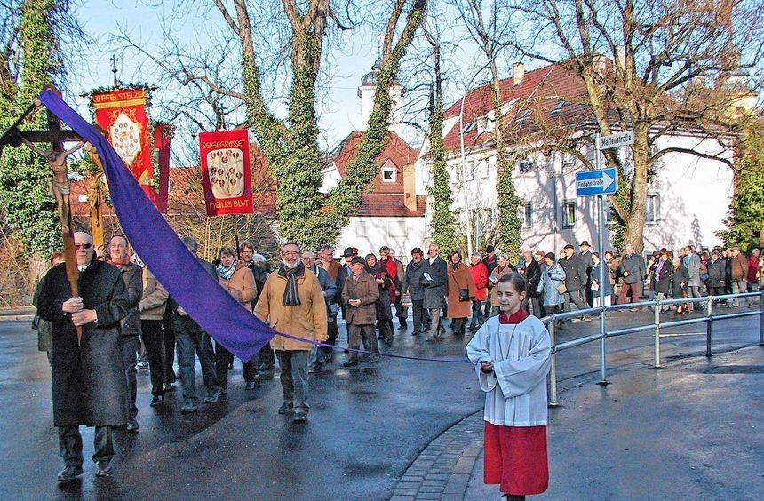 Prozessionszug vom Münster durch die Burgstraße zum Katholischen Gemeindehaus.