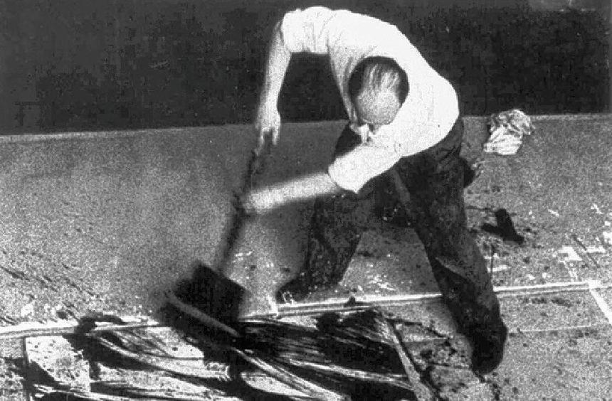 K.O. Götz 1959 bei der Arbeit in seinem früheren Atelier in Düsseldorf.