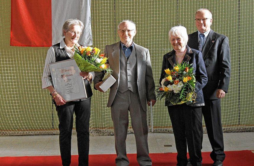 Beim Neujahrsempfang begrüßt Vorsitzender Werner Klag (rechts) Felicitas Erlemann (links) und Adam ...
