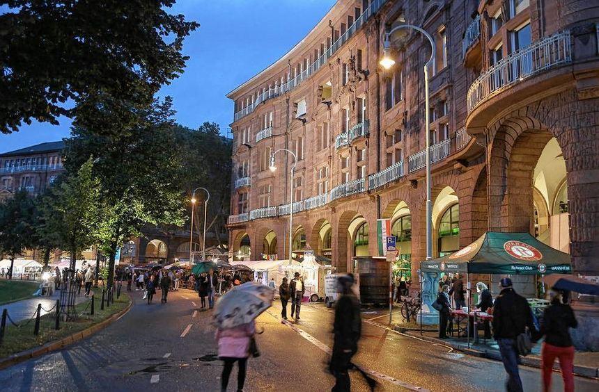 Die Arkadenhäuser am Friedrichsplatz sollen nachts regelmäßig, nicht nur wie hier beim Arkadenfest, ...