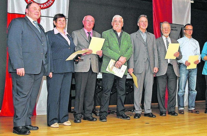 Vorsitzender Heinz Ritsert (l.) ehrte verdiente Vorstände der Gesangvereine. Auch Landrat Wilkes ...