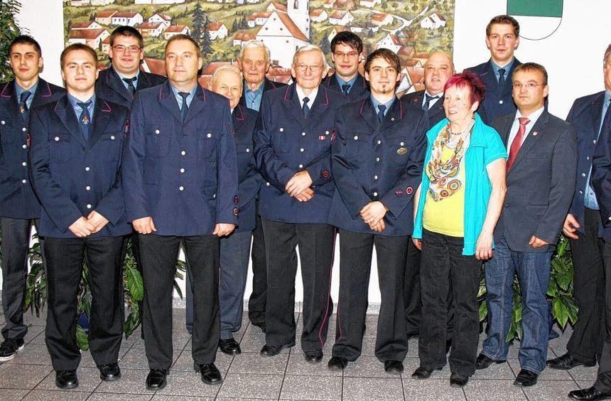 Nach der Ehrung: Die Wehrmänner mit Abteilungskommandant Hubert Daubenberger (Sechster von rechts), ...