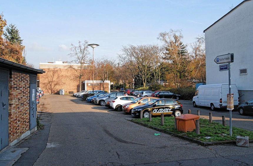 Auf dem Areal des jetzigen Kulturhausparkplatzes soll eine Parkpalette entstehen. Edeka-Kunden und ...