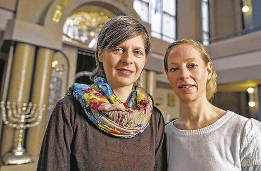 Esther Graf (l.) und Manja Altenburg vor der Synagoge in Mannheim.