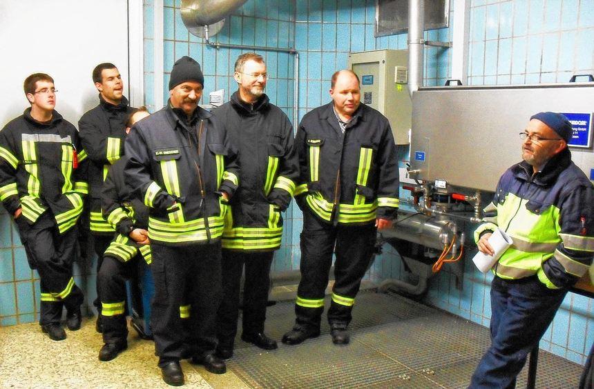 Die Elmshäuser Feuerwehr informierte sich bei Wassermeister Heinz Reising (rechts) über die ...