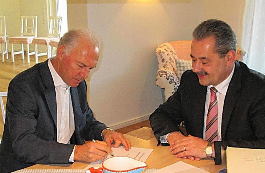Franz Beckenbauer trug sich nicht nur ins Goldene Buche der Gemeinde Werbach ein, sondern schrieb ...