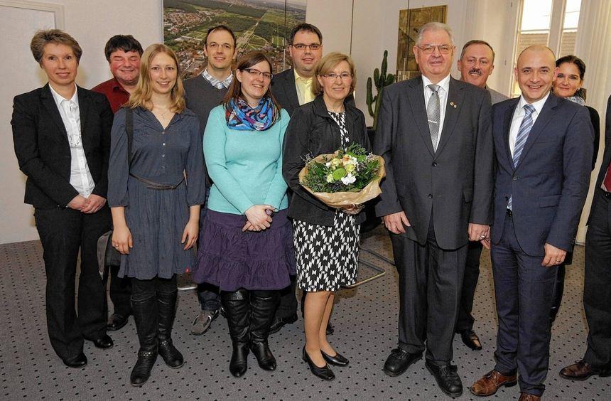 Bei der Verabschiedung freuen sich die stellvertretende Hauptamtsleiterin Simone Kirchner (v. l.), ...
