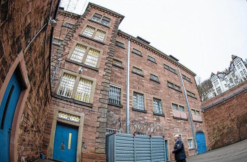 Ein Vollzugsbeamter läuft durch den Innenhof des Gefängnisses.