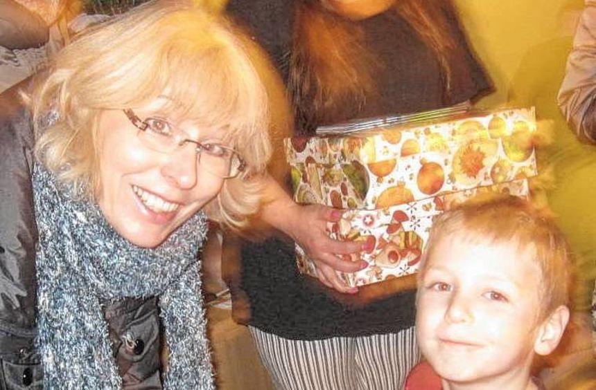 Die Freude bei den Kindern ist groß, als sie die Geschenke im Schuhkarton öffnen, die ...