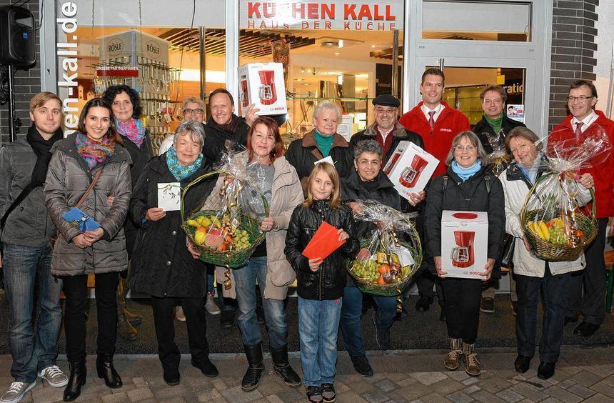 Die glücklichen Gewinner der Verlosung unter allen Anwesenden beim Glühweinfest von Küchen Kall, ...