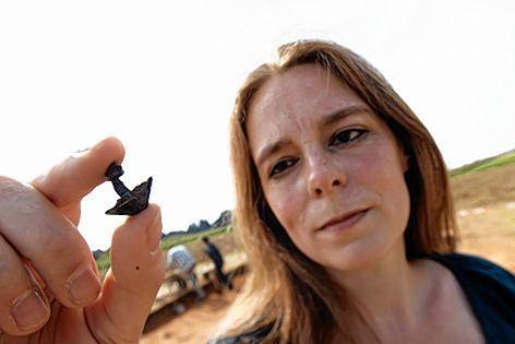 <b>Sabine Hornung</b> zeigt einen römischen Schuhnagel. - image