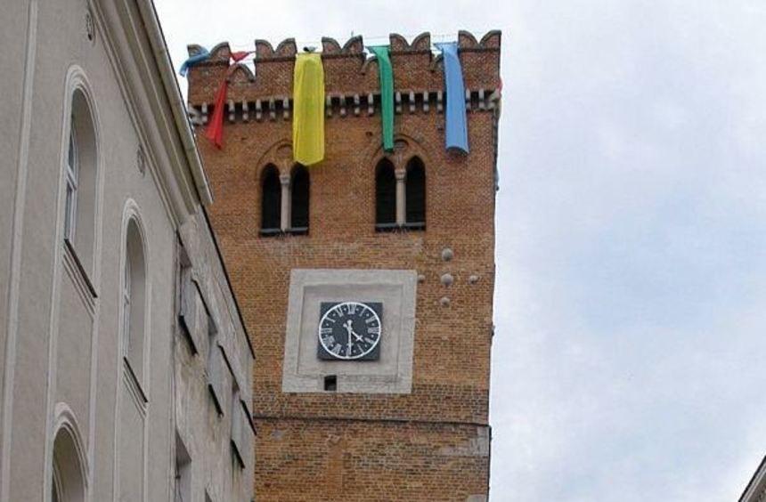 Der schiefe Turm ist das Wahrzeichen von Zabkowice Slaskie - mit einem Überhang von 1,50 Meter ist ...