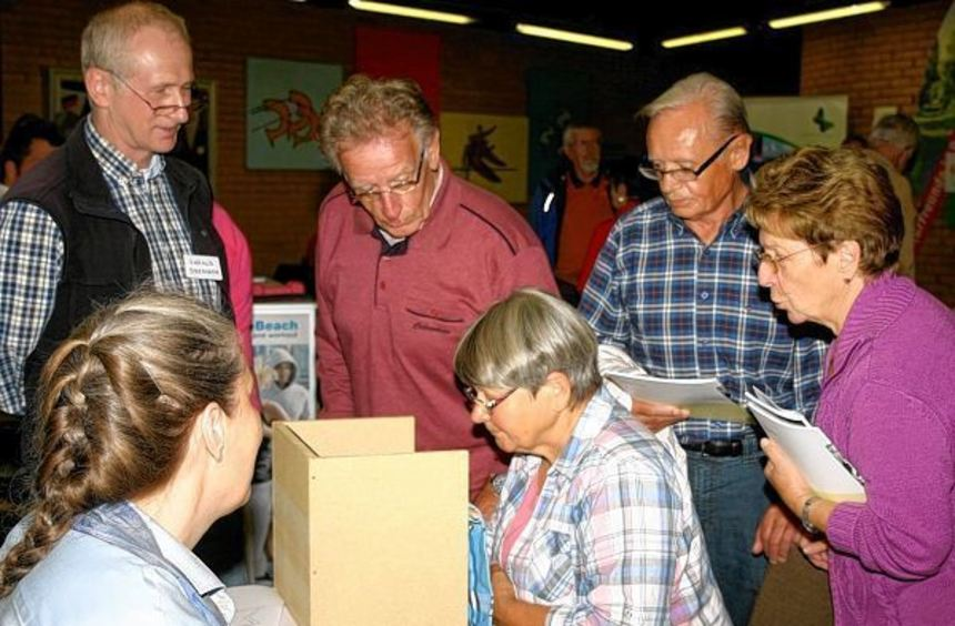 Der von Harald Drescher (links) entwickelte Gedächtnistrainer am Stand der Volkshochschule war ...