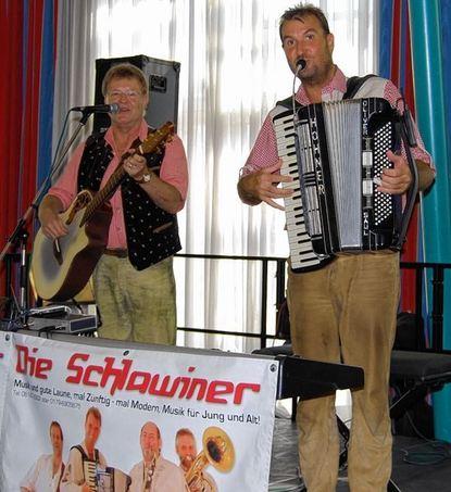 """Das Duo """"Die Schlawiner"""" sorgt für Frühschoppenstimmung."""